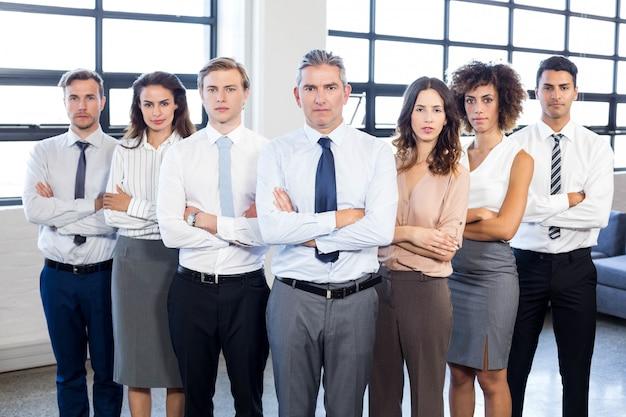 Retrato, de, pessoas negócio, ficar, com, braços cruzaram, em, escritório