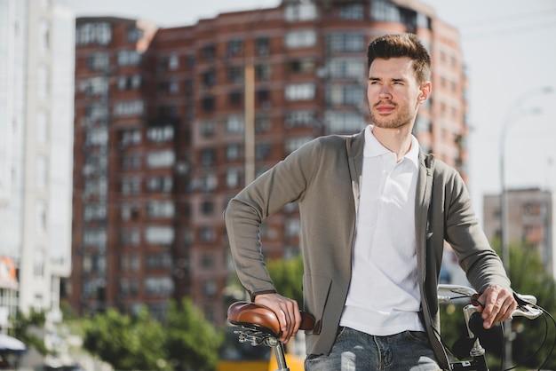 Retrato, de, posição homem, com, bicicleta, cidade