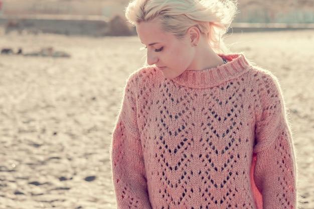 Retrato de praia ao ar livre da bela modelo loira caucasiana em local pitoresco de férias ao ar livre