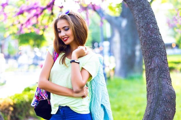 Retrato de primavera ao ar livre de mulher elegante incrível, maquiagem brilhante, corpo sexy, roupas pastel, se divertindo sozinho, posando no parque da cidade, desfrutar, relaxar, férias, dia de sol, fofo.