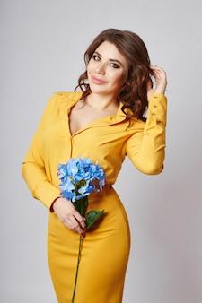 Retrato de primavera brilhante de uma mulher em uma saia e blusa amarelas