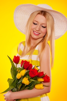 Retrato de primavera de uma bela jovem com tulipas