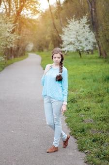 Retrato de primavera quente de uma mulher bonita