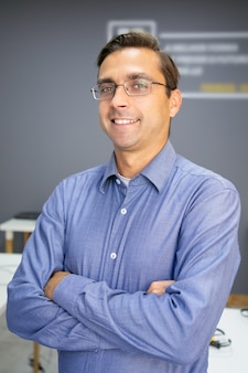 Retrato de professor de conteúdo caucasiano com as mãos postas