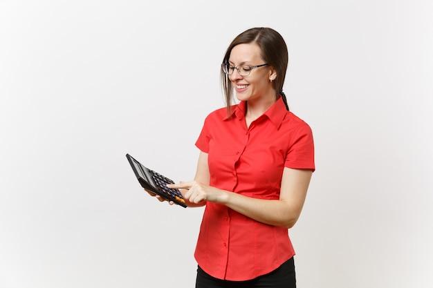 Retrato de professor de negócios ou contadora de camisa vermelha, óculos, segurando uma calculadora nas mãos, isoladas no fundo branco. ensino de educação na universidade do ensino médio, conceito de contagem contábil.