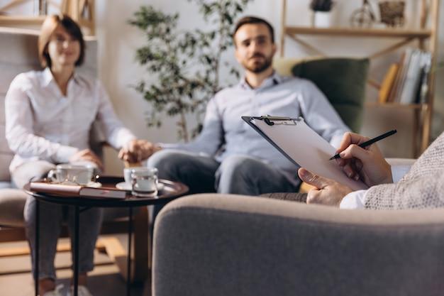 Retrato de psicólogo conversando com paciente em sessão privada de terapia familiar