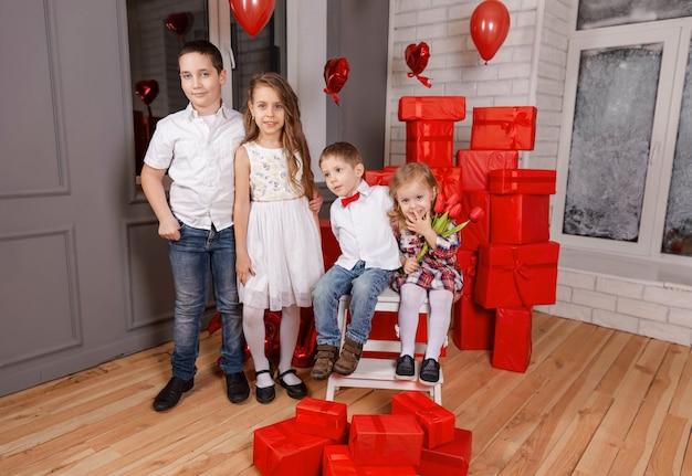 Retrato de quatro crianças fofas de crianças felizes olhando para a câmera