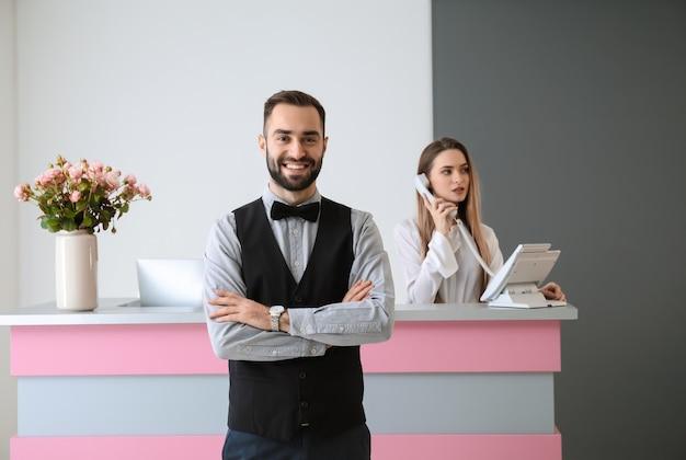 Retrato de recepcionista em hotel