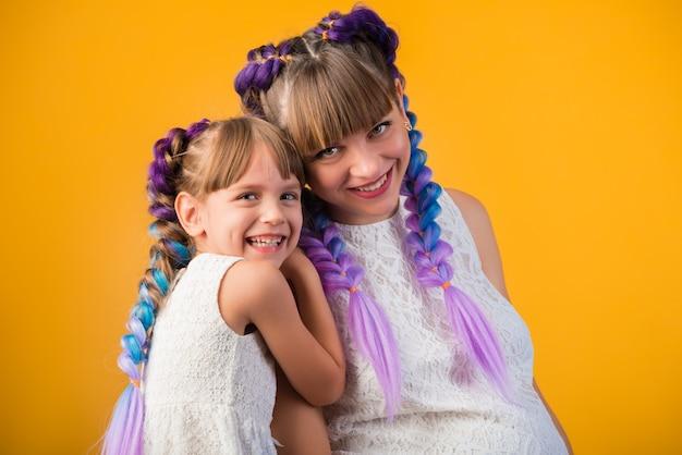 Retrato de rir mãe e filha positiva