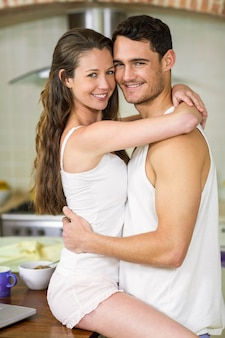 Retrato, de, romanticos, par jovem, acaricie, ligado, cozinha, worktop