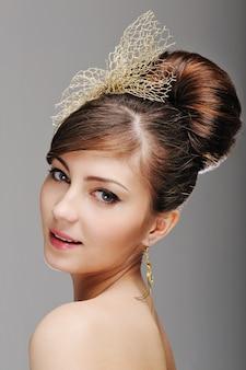 Retrato de rosto de mulher com penteado estiloso