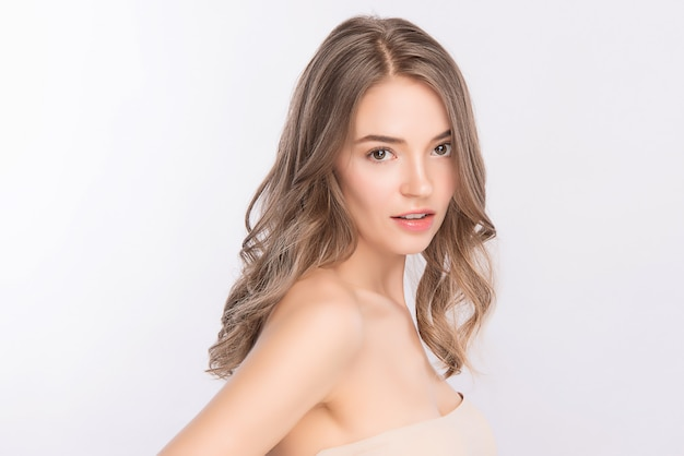 Retrato de rosto de mulher de beleza, jovem mulher bonita com pele saudável fresca limpa, tratamento facial. cosmetologia, beleza e spa, isolados na parede branca