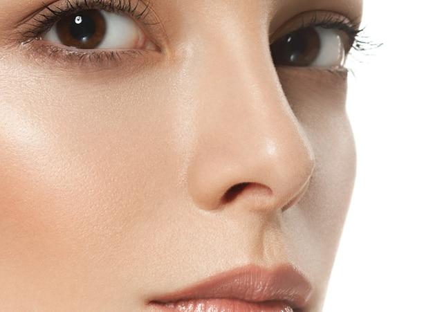 Retrato de rosto de mulher de beleza. linda modelo menina com cabelo curto morena perfeita fresca pele limpa juventude e conceito de cuidados com a pele. isolado em um fundo branco. stusio atirou.