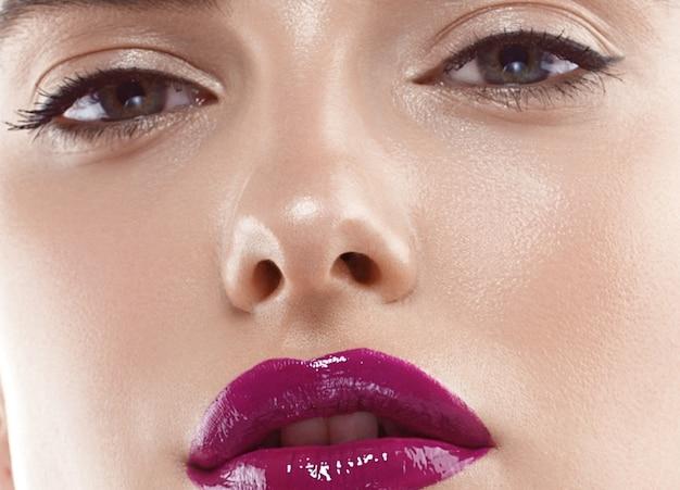 Retrato de rosto de mulher de beleza. linda modelo menina com pele perfeita fresca limpa lábios vermelho púrpura. cabelo curto morena loira juventude e o conceito de cuidados com a pele. isolado em um fundo branco