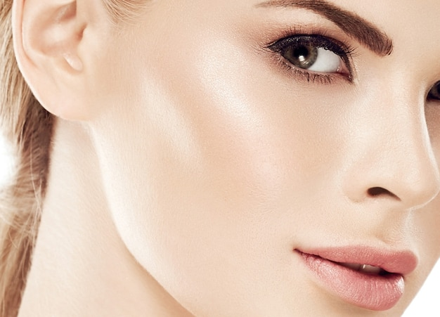 Retrato de rosto de mulher de beleza. linda modelo menina com pele perfeita fresca limpa lábios vermelho púrpura. cabelo loiro, juventude e conceito de cuidados com a pele. isolado em um fundo branco. tiro do estúdio.
