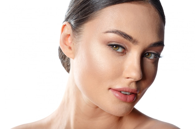 Retrato de rosto de mulher de beleza. menina bonita do modelo dos termas com pele limpa fresca perfeita.