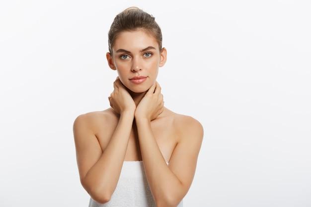 Retrato de rosto de mulher de beleza. menina linda modelo com pele limpa fresca perfeita.