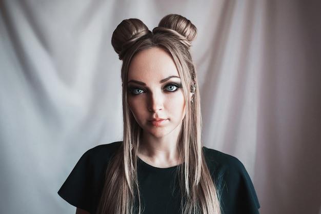 Retrato de rosto de mulher loira com grandes olhos azuis como um elfo, cabelos brancos compridos em um coque, uma garota com penteado e maquiagem
