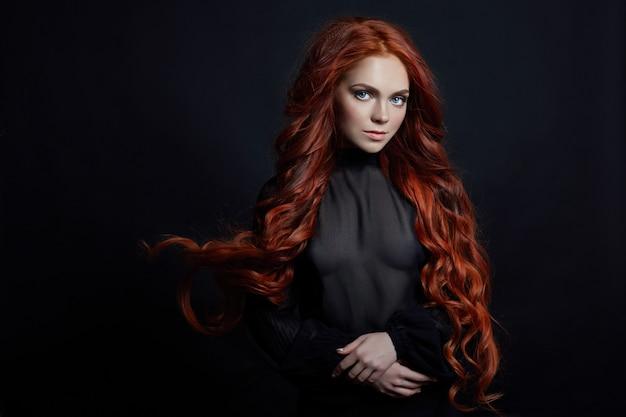 Retrato, de, ruivo, excitado, mulher, com, cabelo longo, ligado, pretas