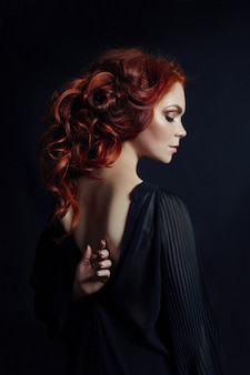 Retrato, de, ruivo, excitado, mulher, com, cabelo longo