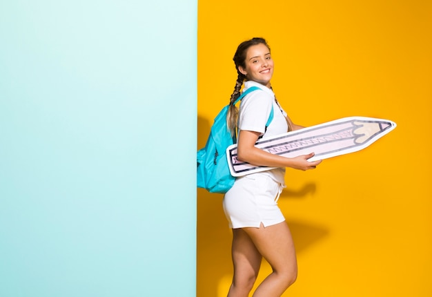 Retrato, de, schoolgirl, com, grande, lápis
