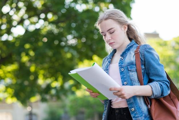 Retrato, de, schoolgirl, com, livro, e, saco