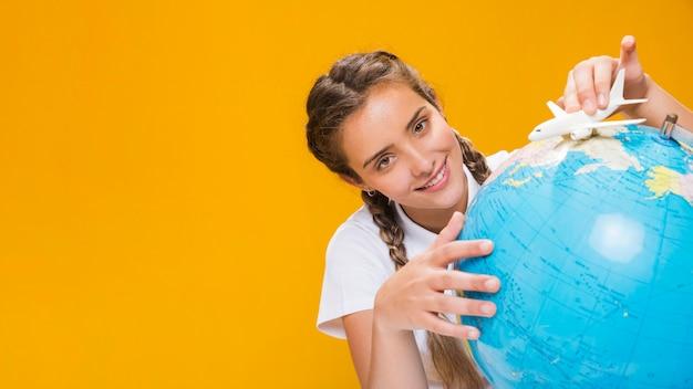 Retrato, de, schoolgirl, com, um, globo