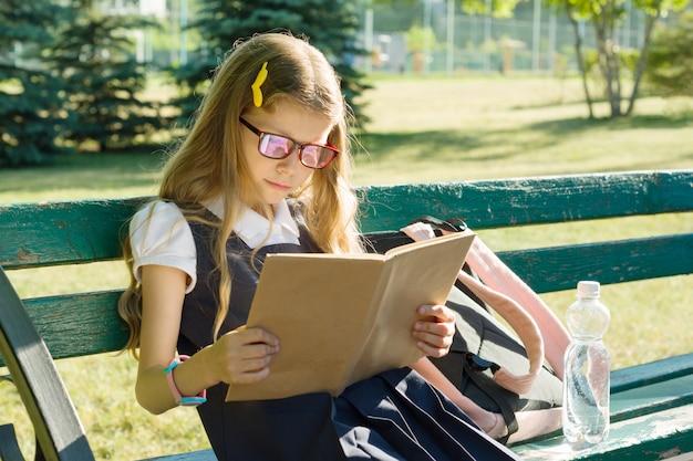 Retrato, de, schoolgirl, escola primária, com, mochila