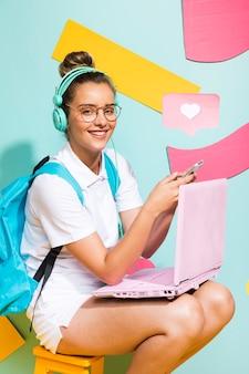 Retrato, de, schoolgirl, estudar, com, laptop