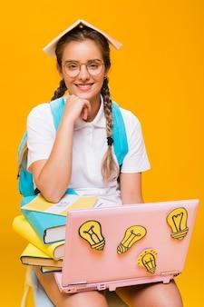 Retrato, de, schoolgirl, ligado, experiência amarela