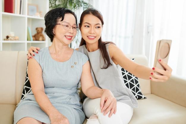 Retrato de selfie com mãe