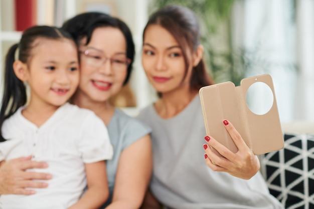Retrato de selfie de família no telefone