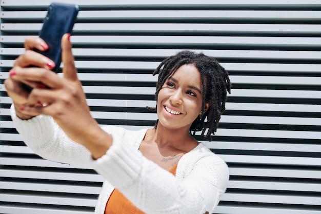 Retrato de selfie de mulher africana