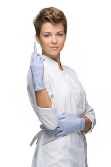 Retrato de senhora cirurgião mostrando seringa