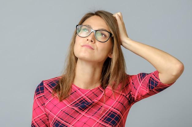 Retrato de senhora confusa com óculos tocando a cabeça