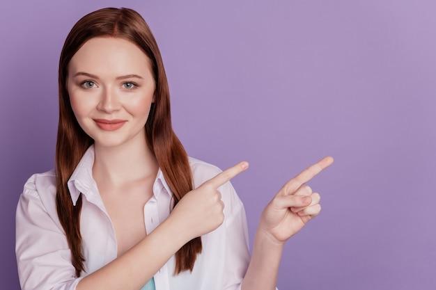 Retrato de senhora conselheira positiva dedo espaço vazio direto no fundo violeta