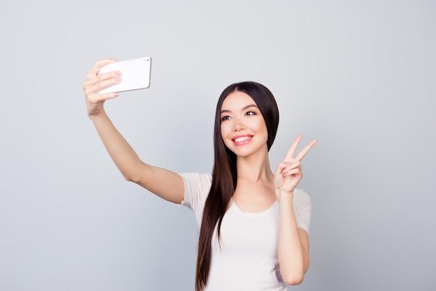 Retrato de senhora fazendo selfie