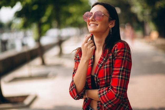 Retrato, de, senhora jovem, em, capa vermelha, e, vermelho, óculos de sol