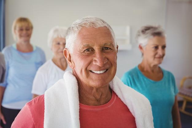 Retrato de senior sorridente após exercícios