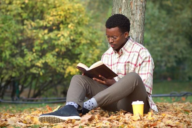 Retrato de sério concentrado jovem afro-americano afro-americano inteligente negro étnico estudante em
