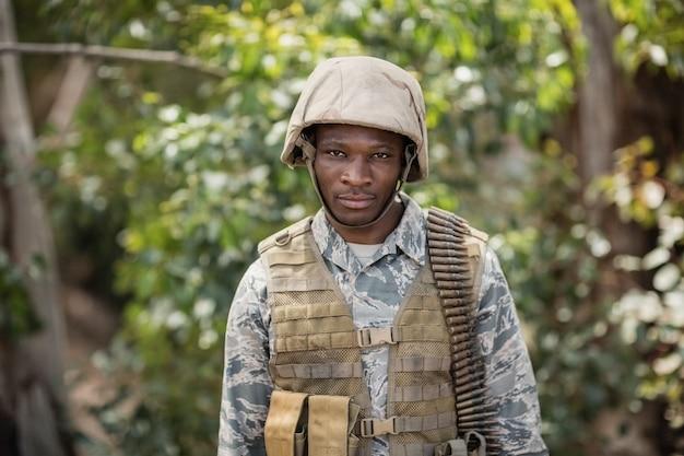 Retrato de soldado militar confiante em campo de treinamento