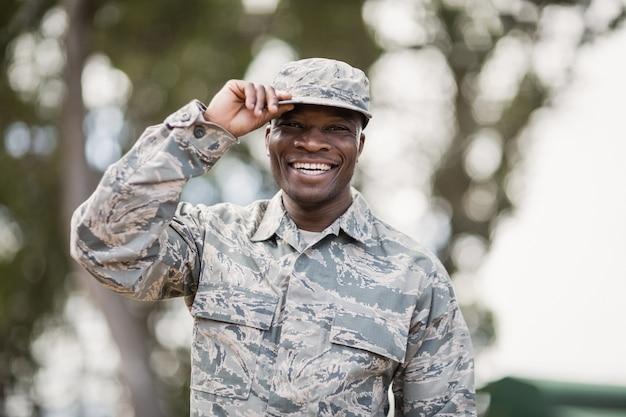 Retrato de soldado militar feliz em campo de treinamento