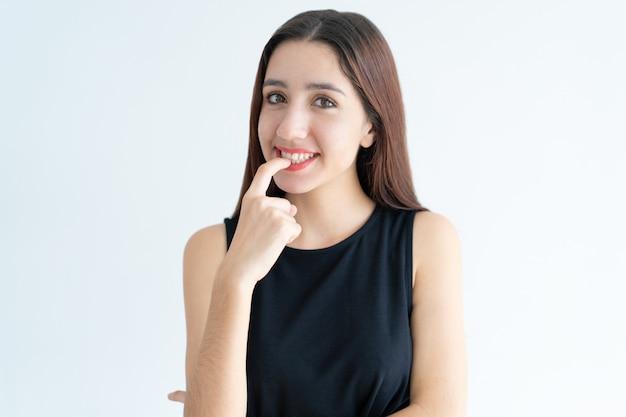 Retrato, de, sorrindo, adolescente, menina asiática, morder, prego