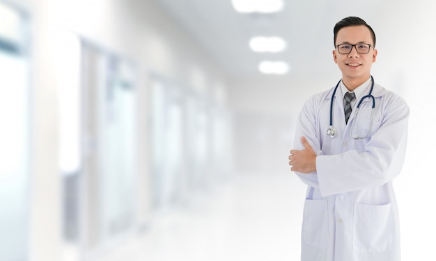 Retrato, de, sorrindo, asiático médico, macho doutor, ficar, frente, turvado, interior, hospitalar