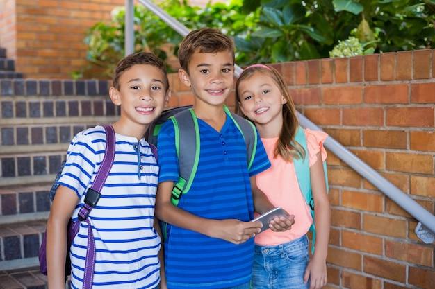 Retrato, de, sorrindo, crianças escola, ficar, ligado, escadaria escola
