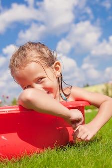 Retrato, de, sorrindo, encantador, menininha, desfrutando, dela, férias, em, a, piscina, ao ar livre