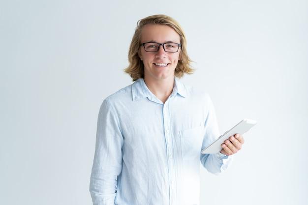 Retrato, de, sorrindo, estudante jovem, em, óculos, com, tablete digital