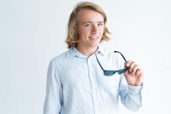 Retrato, de, sorrindo, jovem, estudante, segurando, óculos