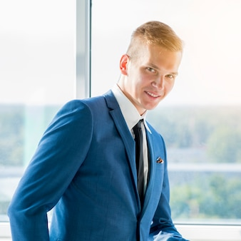Retrato, de, sorrindo, jovem, homem negócios
