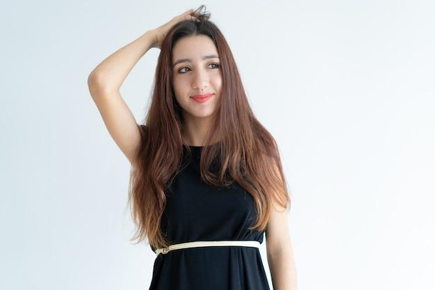 Retrato, de, sorrindo, jovem, mulher asian, riscando cabeça